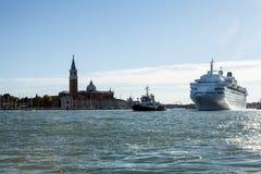 VENETIË, ITALIË - AUGUSTUS 17, 2016: Cruiseschip in Grand Canal op 17 Augustus, 2016 in Venetië, Italië Royalty-vrije Stock Fotografie