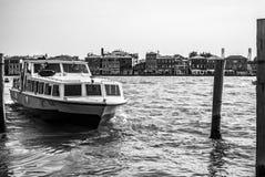 VENETIË, ITALIË - AUGUSTUS 17, 2016: De bootbewegingen van de hoge snelheidspassagier op de Venetiaanse kanalen op 17 Augustus, 2 Royalty-vrije Stock Foto's