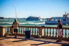 VENETIË, ITALIË - AUGUSTUS 17, 2016: De vissersvangsten vissen op oude Venetiaanse pijler op 17 Augustus, 2016 in Venetië, Italië Royalty-vrije Stock Foto's