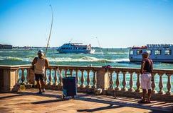 VENETIË, ITALIË - AUGUSTUS 17, 2016: De vissersvangsten vissen op oude Venetiaanse pijler op 17 Augustus, 2016 in Venetië, Italië Royalty-vrije Stock Afbeelding