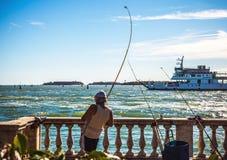 VENETIË, ITALIË - AUGUSTUS 17, 2016: De vissersvangsten vissen op oude Venetiaanse pijler op 17 Augustus, 2016 in Venetië, Italië Royalty-vrije Stock Foto