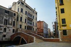 Venetië, Italië 26 Augustus, 2010: Gekleurde voorgevels, smal kanaal Royalty-vrije Stock Fotografie