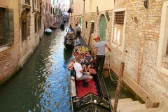 Venetië, Italië - Augustus 14, 2017: Gondelier met toeristen op de kanalen van Venetië Stock Afbeeldingen