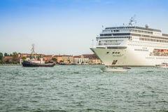 Venetië, Italië, 9 Augustus, 2013: Het cruiseschip kruist Venetia Stock Fotografie