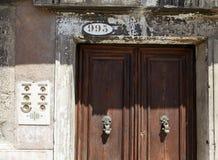 Venetië, Italië - Augustus 14, 2017: ingangsdeur met een klok en flataantal Stock Afbeeldingen