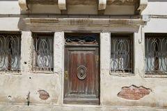 Venetië, Italië - Augustus 14, 2017: ingangsdeur met een klok en flataantal Royalty-vrije Stock Foto's