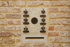 Venetië, Italië - Augustus 14, 2017: ingangsdeur met een klok en flataantal Stock Foto