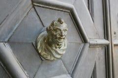 Venetië, Italië - Augustus 14, 2017: ingangsdeur met een klok en flataantal Royalty-vrije Stock Afbeeldingen