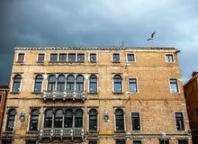 VENETIË, ITALIË - AUGUSTUS 19, 2016: Kleurrijke voorgevels van oude middeleeuwse gebouwen tegen dramatische onweerswolken een dag Stock Foto's