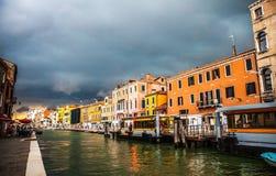VENETIË, ITALIË - AUGUSTUS 19, 2016: Kleurrijke voorgevels van oude middeleeuwse gebouwen tegen dramatische onweerswolken een dag Stock Afbeelding