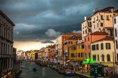 VENETIË, ITALIË - AUGUSTUS 19, 2016: Kleurrijke voorgevels van oude middeleeuwse gebouwen tegen dramatische onweerswolken een dag Royalty-vrije Stock Foto
