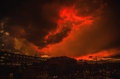 VENETIË, ITALIË - AUGUSTUS 19, 2016: Kleurrijke voorgevels van oude middeleeuwse gebouwen tegen dramatische onweerswolken een dag Stock Afbeeldingen