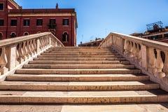 VENETIË, ITALIË - AUGUSTUS 21, 2016: Mening over cityscape en de mooie brug op het kanaal van Venetië op 21 Augustus, 2016 in Ven Royalty-vrije Stock Foto's
