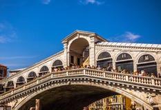 VENETIË, ITALIË - AUGUSTUS 17, 2016: Mening over cityscape en de mooie brug op het kanaal van Venetië op 17 Augustus, 2016 in Ven Stock Afbeeldingen