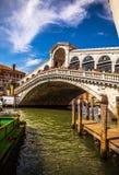 VENETIË, ITALIË - AUGUSTUS 17, 2016: Mening over cityscape en de mooie brug op het kanaal van Venetië op 17 Augustus, 2016 in Ven Stock Afbeelding