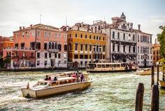 VENETIË, ITALIË - AUGUSTUS 17, 2016: Mening over cityscape van Grand Canal op 17 Augustus, 2016 in Venetië, Italië Royalty-vrije Stock Foto