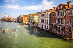 VENETIË, ITALIË - AUGUSTUS 17, 2016: Mening over cityscape van Grand Canal op 17 Augustus, 2016 in Venetië, Italië Royalty-vrije Stock Afbeelding