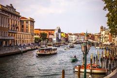 VENETIË, ITALIË - AUGUSTUS 17, 2016: Mening over cityscape van Grand Canal op 17 Augustus, 2016 in Venetië, Italië Stock Afbeeldingen