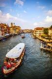 VENETIË, ITALIË - AUGUSTUS 17, 2016: Mening over cityscape van Grand Canal op 17 Augustus, 2016 in Venetië, Italië Royalty-vrije Stock Afbeeldingen