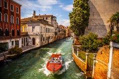 VENETIË, ITALIË - AUGUSTUS 17, 2016: Mening over cityscape van Grand Canal op 17 Augustus, 2016 in Venetië, Italië Royalty-vrije Stock Foto's
