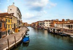 VENETIË, ITALIË - AUGUSTUS 19, 2016: Mening over cityscape van Grand Canal tegen onweerswolken een dag vóór voorgekomen aardbevin royalty-vrije stock foto
