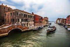 VENETIË, ITALIË - AUGUSTUS 19, 2016: Mening over cityscape van Grand Canal tegen onweerswolken een dag vóór voorgekomen aardbevin royalty-vrije stock foto's