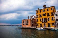 VENETIË, ITALIË - AUGUSTUS 19, 2016: Mening over cityscape van Grand Canal tegen onweerswolken een dag vóór voorgekomen aardbevin stock foto