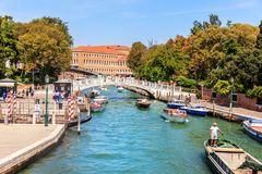 Venetië, Italië - 22 Augustus, 2018: Papadopolibrug over een kanaal royalty-vrije stock afbeeldingen
