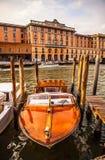 VENETIË, ITALIË - AUGUSTUS 17, 2016: Retro bruine taxiboot op water in Venetië op 17 Augustus, 2016 in Venetië, Italië Stock Afbeelding