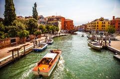 VENETIË, ITALIË - AUGUSTUS 17, 2016: Retro bruine taxiboot op water in Venetië op 17 Augustus, 2016 in Venetië, Italië Royalty-vrije Stock Foto