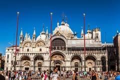 VENETIË, ITALIË - AUGUSTUS 17, 2016: Toeristen op straten van Venetië op 17 Augustus, 2016 in Venetië, Italië Stock Afbeelding