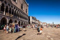 VENETIË, ITALIË - AUGUSTUS 17, 2016: Toeristen op straten van Venetië op 17 Augustus, 2016 in Venetië, Italië Royalty-vrije Stock Afbeeldingen