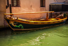 VENETIË, ITALIË - AUGUSTUS 17, 2016: Traditionele gondels op kanaalclose-up op 17 Augustus, 2016 in Venetië, Italië Royalty-vrije Stock Afbeeldingen