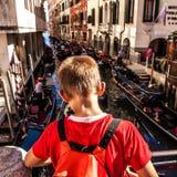 VENETIË, ITALIË - AUGUSTUS 17, 2016: Traditionele gondels op smal kanaalclose-up op 17 Augustus, 2016 in Venetië, Italië Royalty-vrije Stock Afbeeldingen