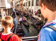 VENETIË, ITALIË - AUGUSTUS 17, 2016: Traditionele gondels op smal kanaalclose-up op 17 Augustus, 2016 in Venetië, Italië Royalty-vrije Stock Afbeelding