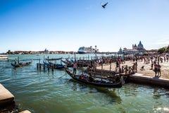 VENETIË, ITALIË - AUGUSTUS 17, 2016: Traditionele gondels op smal kanaalclose-up op 17 Augustus, 2016 in Venetië, Italië Stock Foto