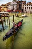 VENETIË, ITALIË - AUGUSTUS 17, 2016: Traditionele gondels op smal kanaalclose-up op 17 Augustus, 2016 in Venetië, Italië Stock Fotografie