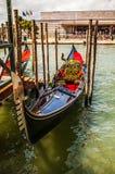 VENETIË, ITALIË - AUGUSTUS 17, 2016: Traditionele gondels op smal kanaalclose-up op 17 Augustus, 2016 in Venetië, Italië Stock Afbeelding