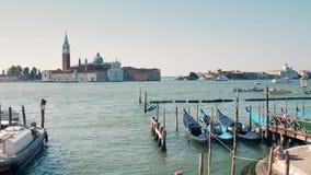 VENETIË, ITALIË - AUGUSTUS 8, 2017 Vastgelegde gondels dichtbij squre van San Marco en het verre eiland van San Giorgio Maggiore stock afbeelding