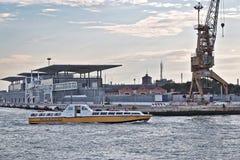 Venetië, Italië Boot Alilaguna in ochtend tegen gebouwen op Se royalty-vrije stock afbeeldingen