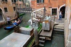 Venetië, Italië Boot met hydraulisch wapen voor huisvuilinzameling Royalty-vrije Stock Fotografie