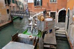 Venetië, Italië Boot voor huisvuilinzameling Stock Afbeelding