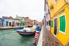VENETIË, ITALIË - FEBRUARI 16, 2016: brede mening over kleurrijke huizen Royalty-vrije Stock Foto