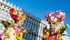 Venetië, Italië, 6 februari, 2016: het paar in kostuums en de maskers bij St merken vierkant tijdens Venetië Carnaval royalty-vrije stock fotografie