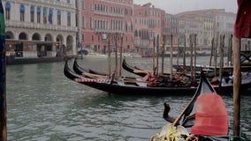 Venetië, Italië - Februari 23, 2017: Het zijaanzicht van Grand Canal met vaporetto en boten die, mistige dag, Kanaal grande, Vene stock video