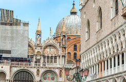 VENETIË, ITALIË - FEBRUARI 8, 2015: Stadsarchitectuur op zonnige D Royalty-vrije Stock Afbeelding
