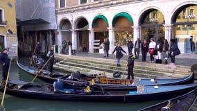 Venetië, Italië - 14 03 2019: gondel met toeristen in de smalle kanalen van Venetië stock video
