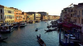 Venetië, Italië - 16 08 2018: Gondels en bussen in Venetië, Italië ` s Grand Canal stock videobeelden