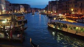 Venetië, Italië Grandekanaal van de Rialto-brug bij avond wordt gezien die stock videobeelden