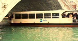 VENETIË, ITALIË - Januari 2014: Een boot gaat kader van onder de brug in stock videobeelden